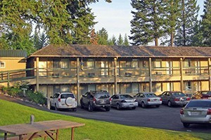 Timbers Motel - near Flathead Lake :: Spacious king, double and single rooms, sauna, pool, hot tub, cont. breakfast and beautifully-landscaped grounds. Just blocks to Bigfork Marina, also w/Pet-friendly rooms.