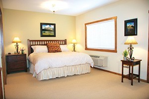 Glacier Ridge Suites - nightly rentals year-round :: Spacious suites feature down comforters on luxurious king beds & gourmet kitchens. The Glacier artwork, leather furniture, warm wood, tile & granite have guests saying 'WOW'!