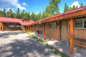 Historic Tamarack Motel - close to Park entrance :: Enjoy beautifully-accented nightly rooms in our spacious lodge or upgrade to our newly-built family cabins, equipped with kitchens, LCD-TV, WiFi & more. Restaurant & bar too.